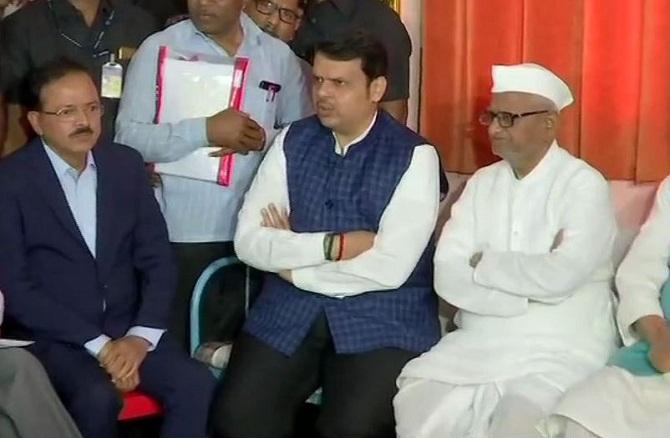 Devendra-Fandnavis-met-Anna-Hazare-Seadesh-Vichar
